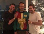 Hugh Jackman y Jake Gyllenhaal trollean a Ryan Reynolds en su cena de Navidad
