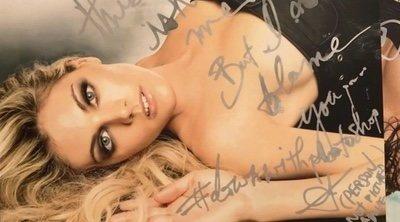 Ante la confusión de un fan, Amber Heard firma una foto de Amaia Salamanca
