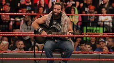 Dos luchadores de la WWE versionan 'Shallow' en plena pelea