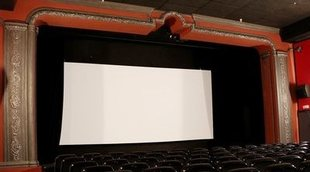 Bayona organiza un pase benéfico en un cine que sufrió un robo