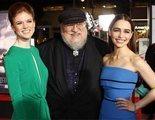 'Game of Thrones': Unos monos roban a Emilia Clarke y Rose Leslie en sus vacaciones juntas