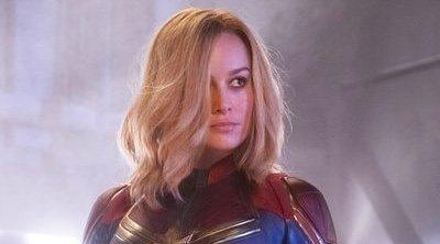 Brie Larson presencia emocionada una pedida de mano de dos fans
