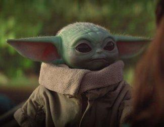 Un fan se hace un tatuaje horrible de Baby Yoda bebiendo