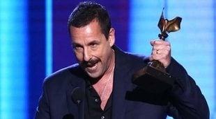 Adam Sandler se ríe de todos en su discurso en los Spirit Awards