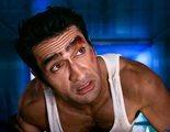 Kumail Nanjiani luce músculos mientras recrea películas como 'Lobezno' o 'Jungla de Cristal'