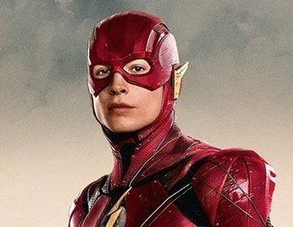 'The Flash' muestra su nuevo traje y al Batman de Michael Keaton