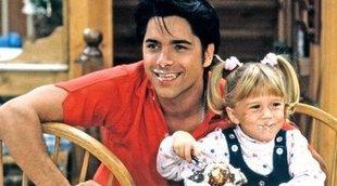 Así posaban John Stamos y Elizabeth Olsen tras las cámaras de 'Padres forzosos'