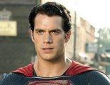 Henry Cavill muestra una foto de niño con un pijama de Superman