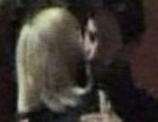 Neo se achucha con Charlize Theron