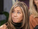Jennifer Aniston prueba el trifle en una escena de la reunión de 'Friends' que no se emitió