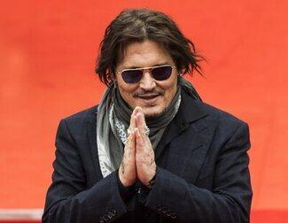 Johnny Depp recibe un baño de masas en el Festival Karlovy Vary