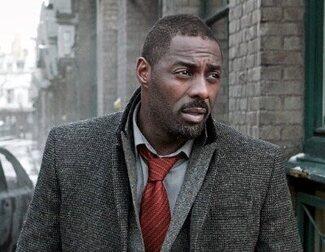 Mira a Idris Elba reaccionando a 'GoldenEye' de Pierce Brosnan en un video de 1995