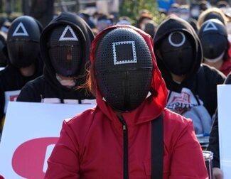 Los trajes de 'El Juego del Calamar' aparecen en protestas de Seúl