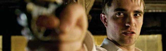 Pattinson empuñando un arma