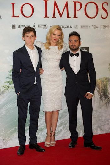 Tom Holland, Naomi Watts y Juan Antonio Bayona en la premiere de Lo imposible