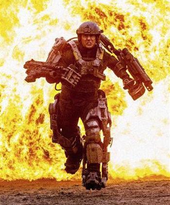 Tom Cruise huye de una bola de fuego en la primera imagen de 'All You Need Is Kill'