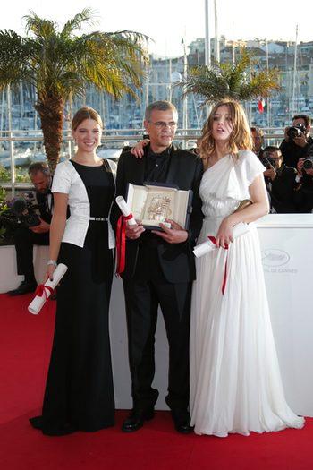 El director y las protagonistas de 'La vie d'Adèle posan con la Palma de Oro