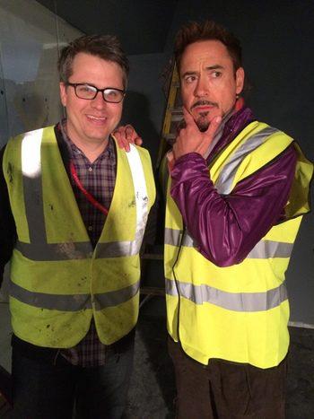 Robert Downey Jr. con Jeremy Latcham en el rodaje de 'Los Vengadores: La era de Ultron'