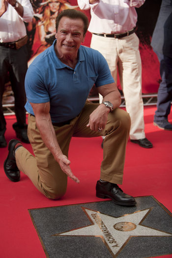 Arnold Schwarzenegger con su estrella en Almeria