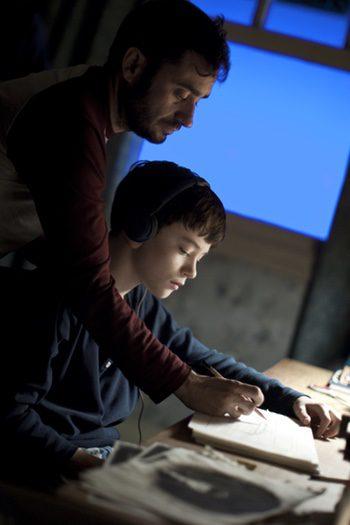 Juan Antonio Bayona y Lewis MacDougall en el rodaje de 'Un monstruo viene a verme'