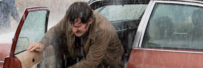 El actor Raúl Arévalo saliendo de un coche en un fotograma de 'La isla mínima'