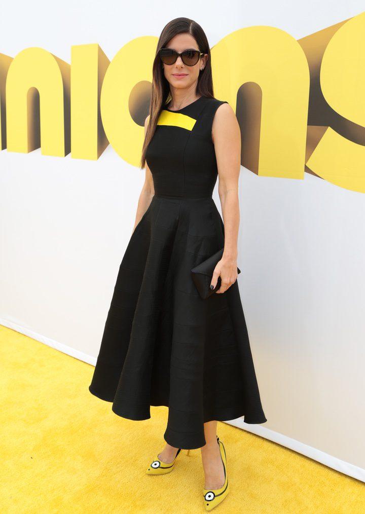 Sandra Bullock con sus zapatos de Los Minions
