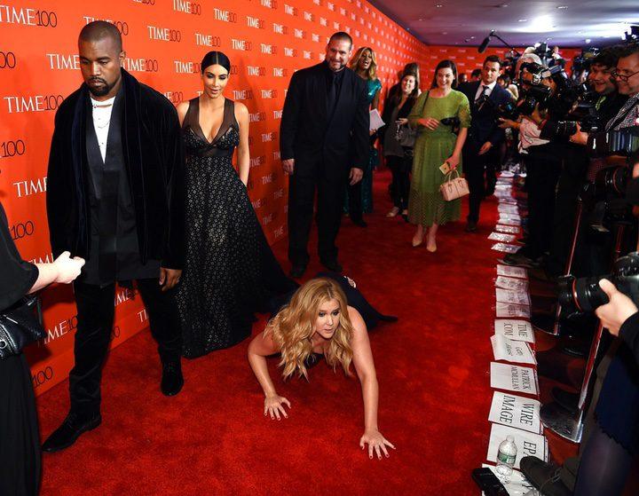 Amy Schumer en la alfombra roja de Time con Kanye West y Kim Kardashian