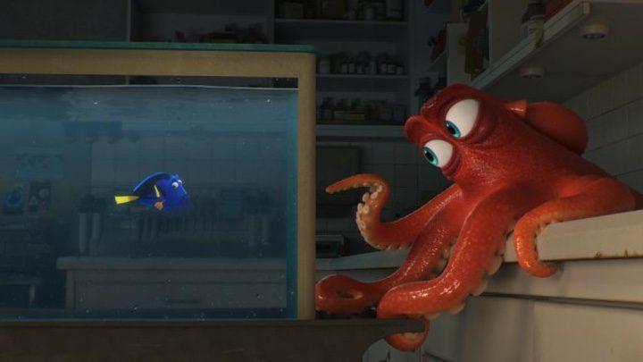 Fotograma de 'Buscando a Dory' con Dory y el pulpo Hank