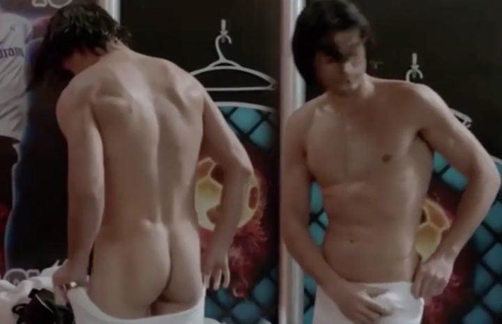 Alosian Vivancos completamente desnudo mostrando su enorme pene