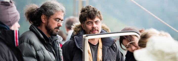 Benicio del Toro y Fernando León de Aranoa en el rodaje de 'Un día perfecto'