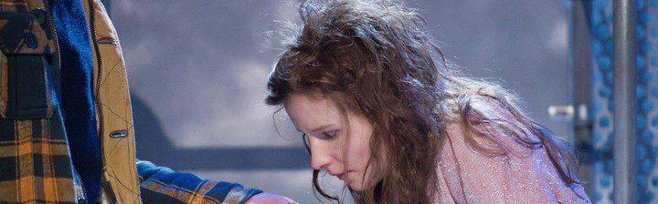 Rebecca Benson en el montaje teatral de 'Déjame entrar'