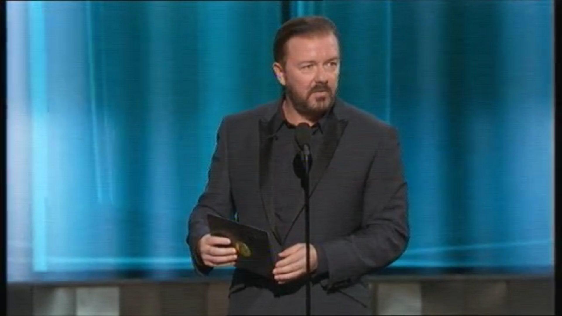 Ricky Gervais presentando un Emmy en 2015