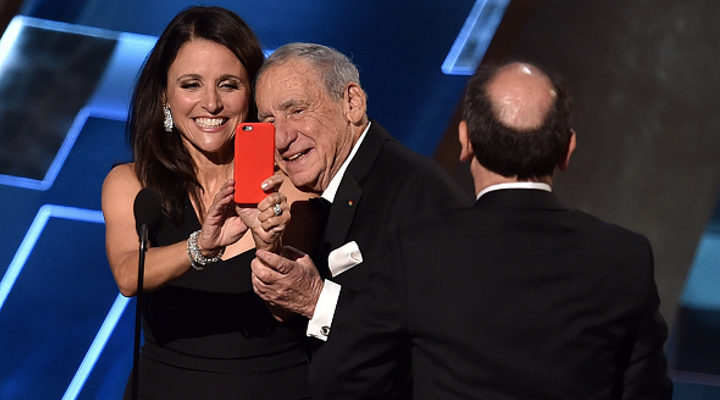 Julia Louis-Dreyfus se hace una selfie con Mel Brooks