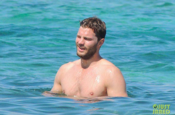 Jamie Dornan dándose un baño en el mar