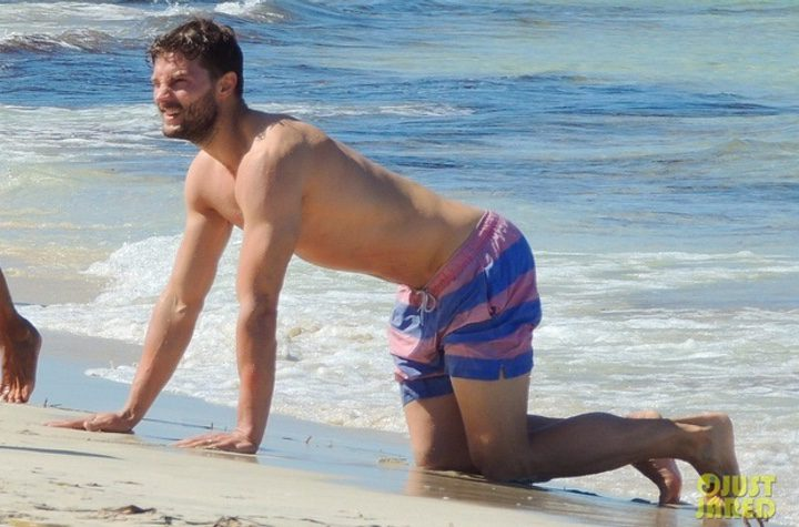 Jamie Dornan juega en la orilla