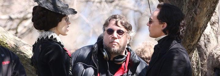 Jessica Chastain, Tom Hiddleston y Guillermo del Toro en 'La cumbre escarlata'