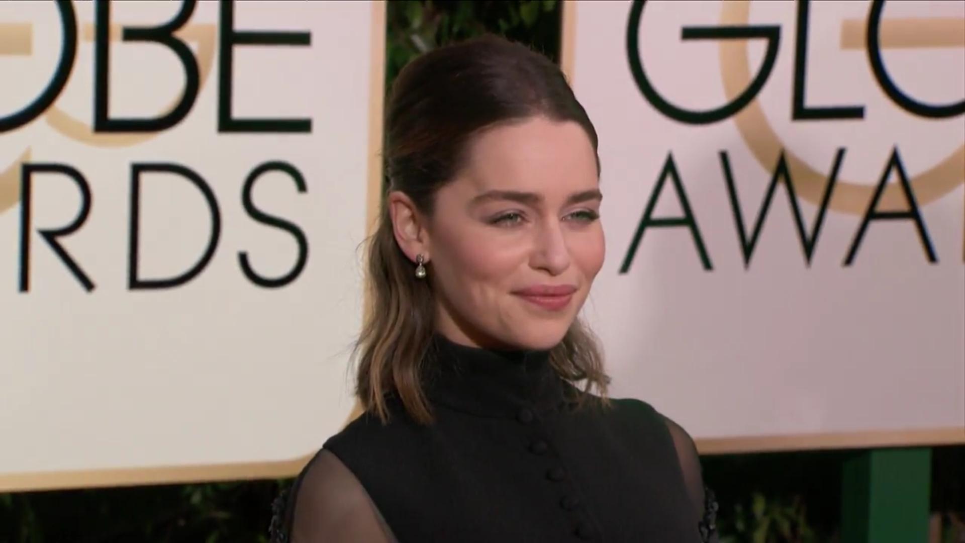 Emilia Clarke posa en la alfombra roja de los Globos de Oro