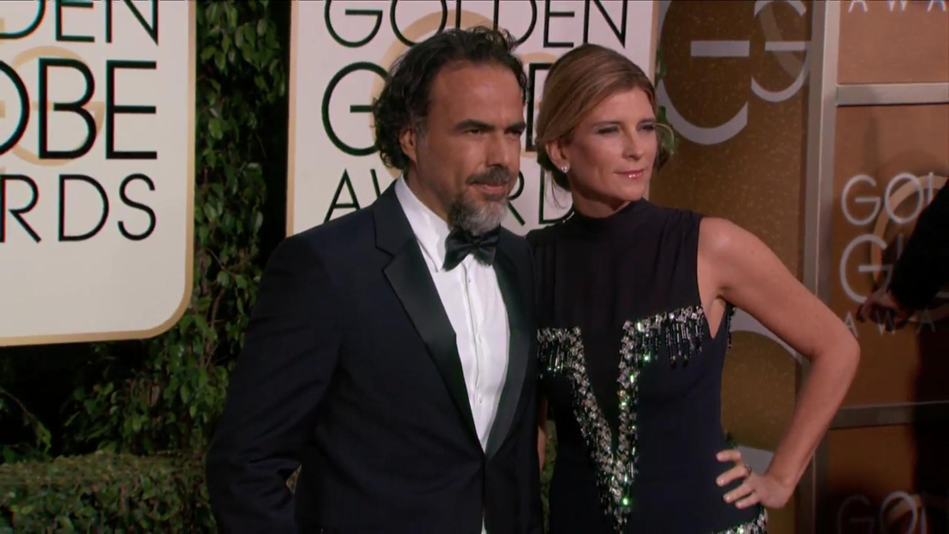 Iñárritu posa acompañado a su llegada a la alfombra roja