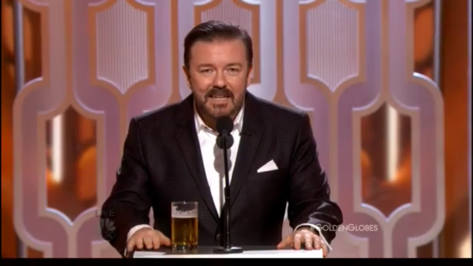 Ricky Gervais en el escenario durante su ácido monólogo de apertura