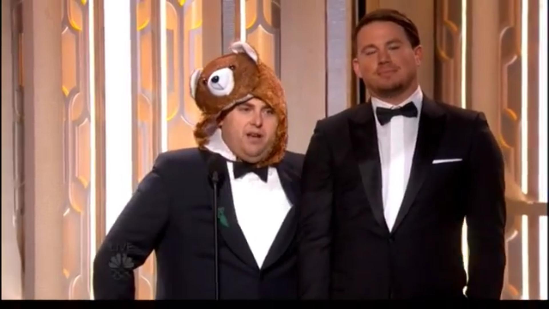 Jonah Hill disfrazado de oso, y Channing Tatum entregando premio