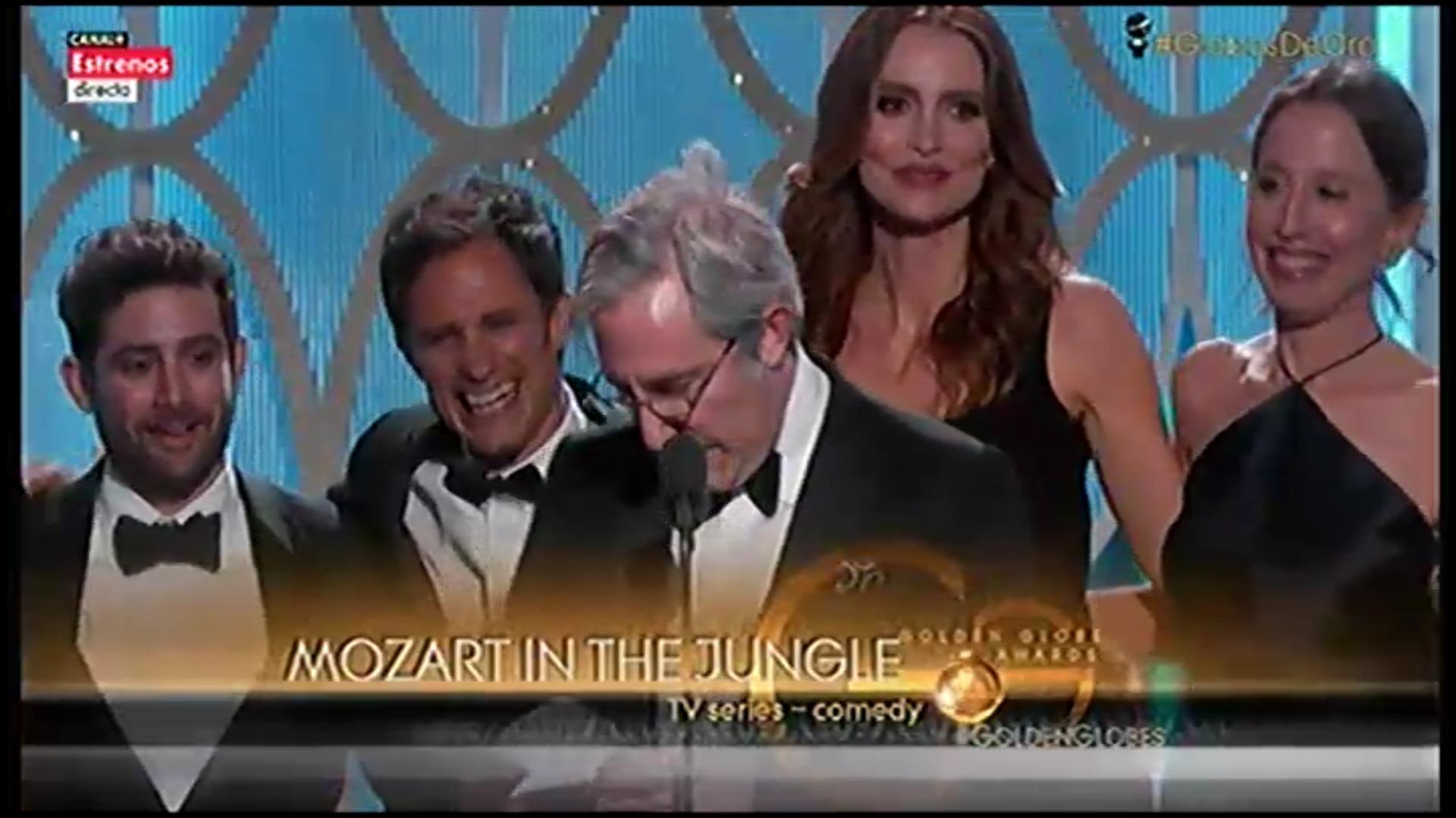 El equpipo de 'Mozart in the Jungle' recogiendo el Globo de Oro