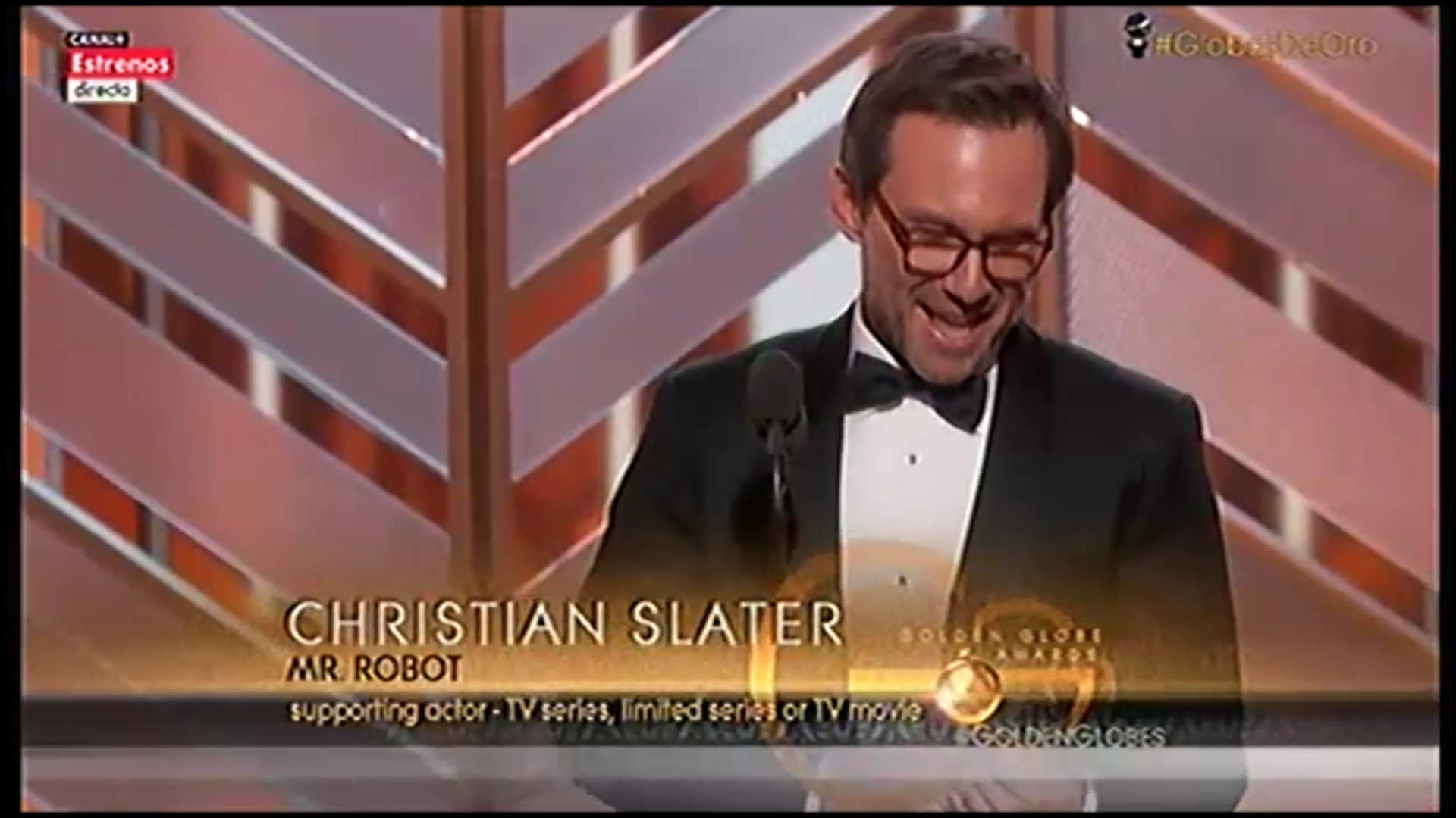 Incrédulo Christian Slater recogiendo el Globo de Oro por 'Mr. Robot'