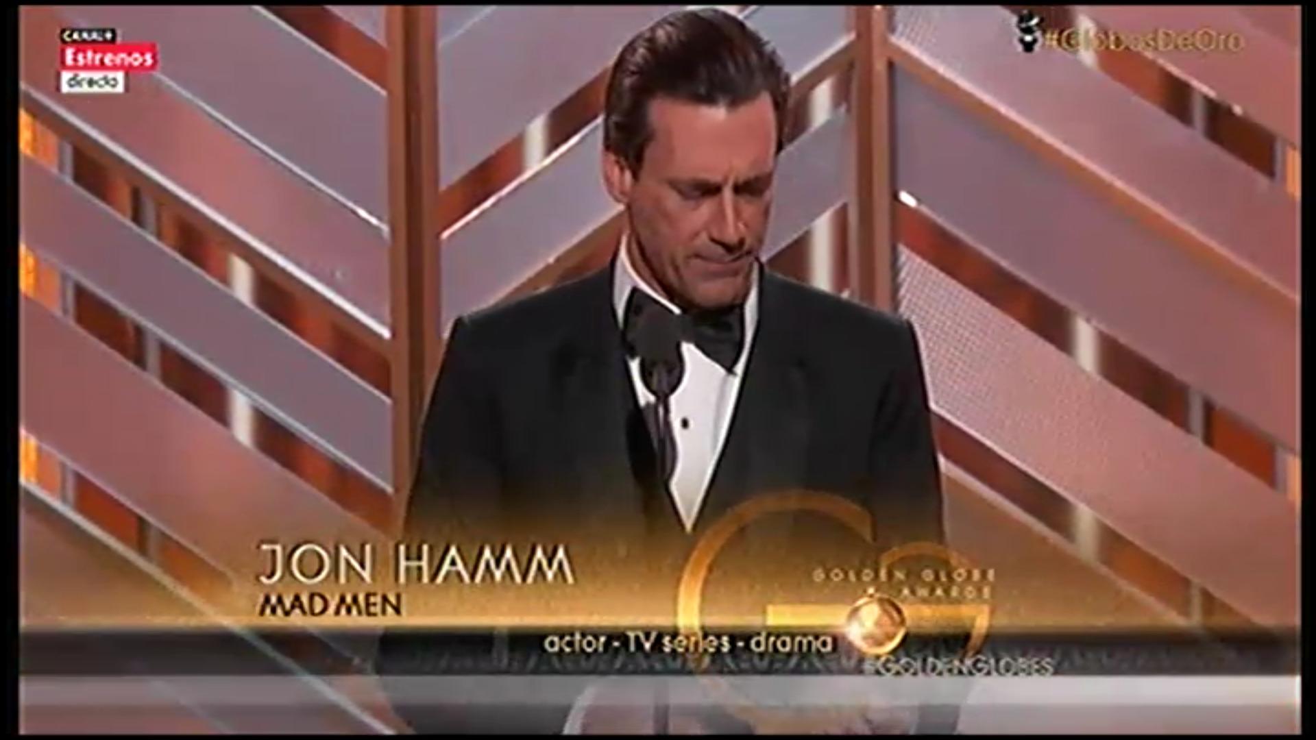 El actor Don Draper, recoge emocionado su Globo de Oro por 'Mad Men'