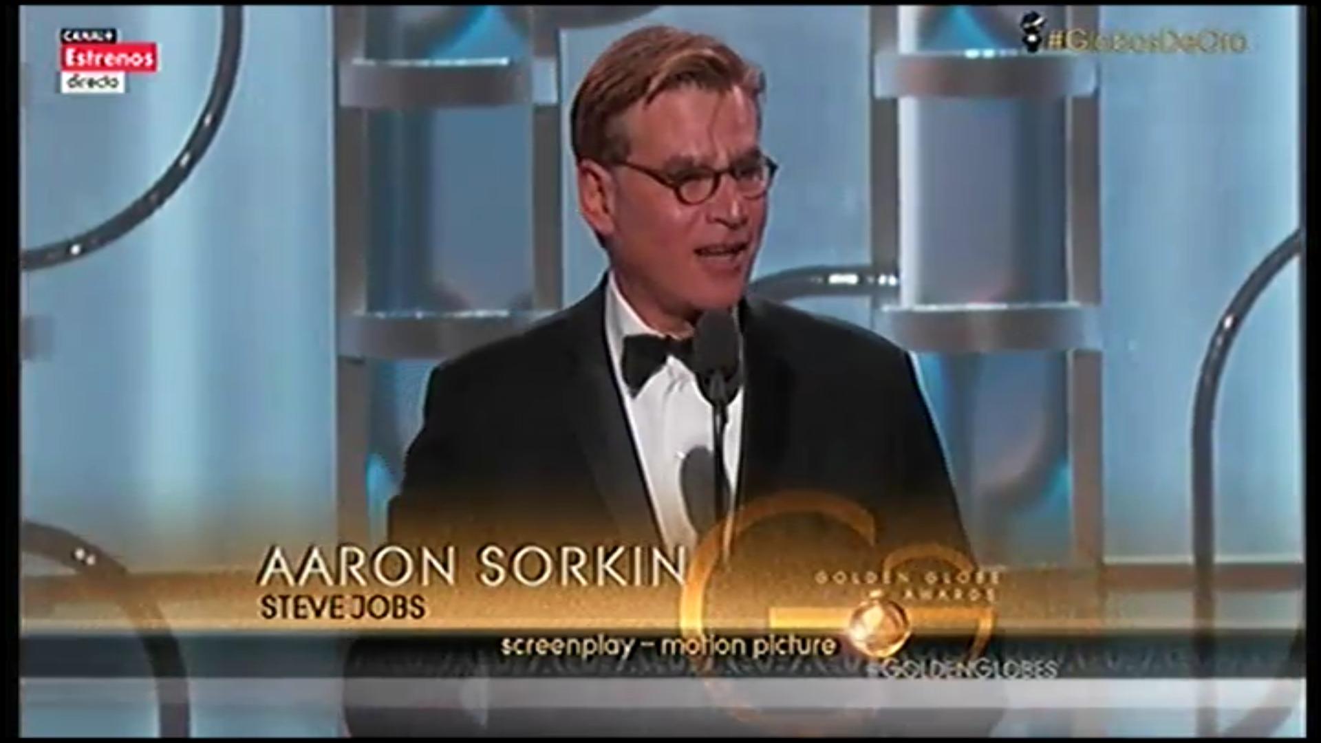El guionista Aaron Sorkin recogiendo su segundo Globo de Oro, por 'Steve Jobs'