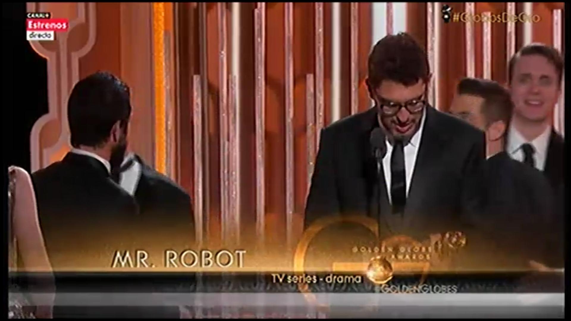 El equipo de 'Mr. Robot' recogiendo el Globo de Oro