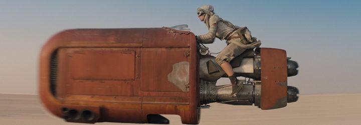 Daisy Ridley en un fotograma de 'Star Wars: El despertar de la fuerza' subida en una nave