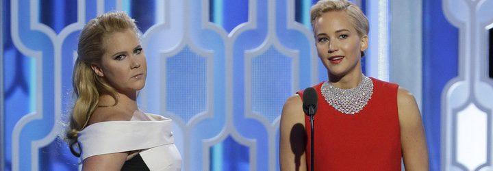 Amy Schumer y Jennifer Lawrence en los Globos de Oro 2016