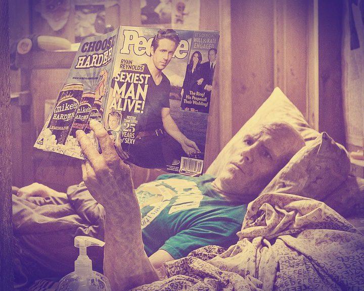 Deadpool leyendo la revista People