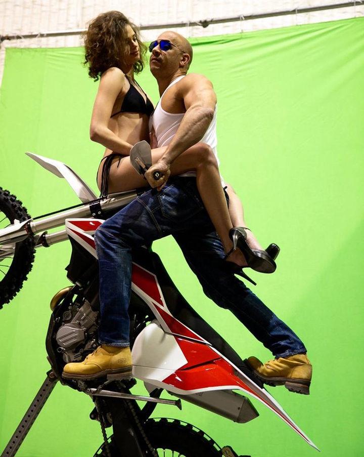 Vin Diesel posando sobre una moto