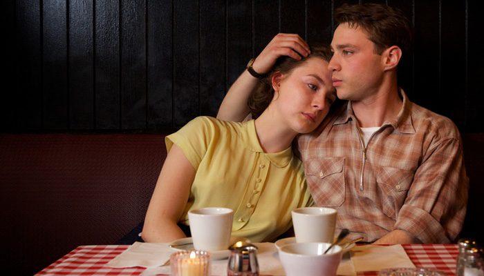 Saoirse Ronan y Emory Cohen interpretan a una pareja que debe afrontar una serie de problemas